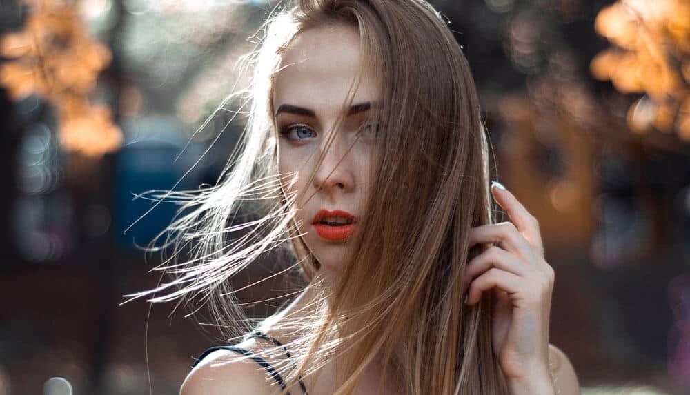 素晴らしい自分撮りのためにあなたの髪を調整してください